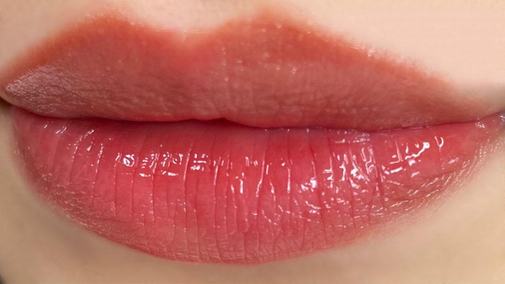 ウォーターグロウを薄く唇に塗った写真