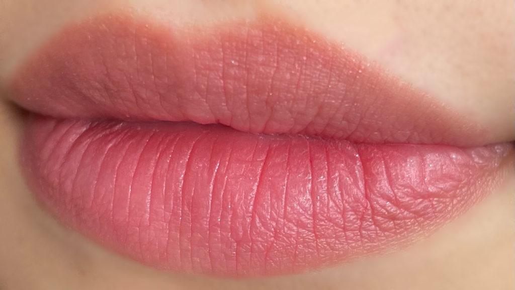 グロウマットを唇に塗ってティッシュオフした写真