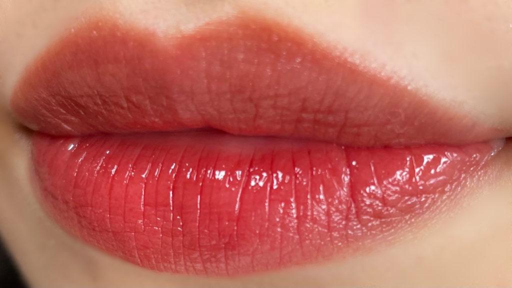 ウォーターグロウを唇に塗ってティッシュオフした写真