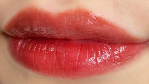 ウォーターグロウを唇に塗った写真