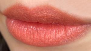 ベージュタデラクトを唇に塗った写真