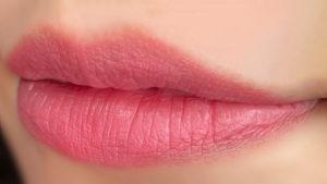 ローズニュイを唇に塗った写真