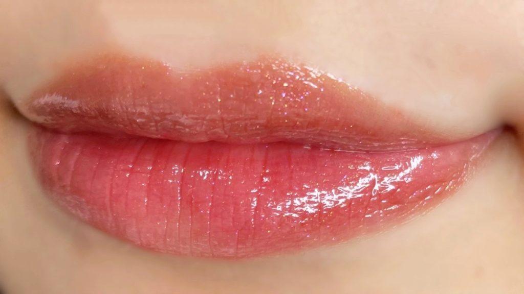 パリスダークレッドを唇に塗った写真