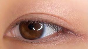 アイシャドウを瞼に塗った写真